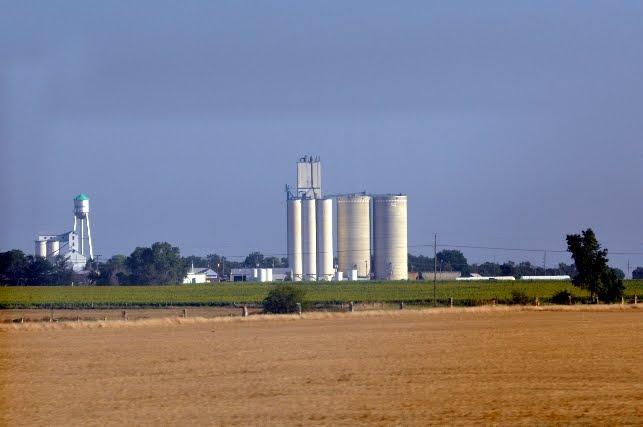 2011-8-18-2 Kansas Grain elevators near Mi 175