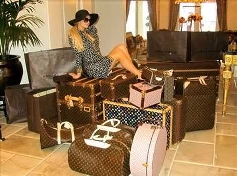paris-hilton-louis-vuitton-luggage